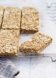 Porridge Bars - The Little Green Spoon. For porridge lovers in a hurry! The perfect grab and go breakfast for when you're short on time. Healthy Protein Snacks, Healthy Treats, Healthy Breakfast On The Go, Breakfast Bars, Breakfast Ideas, Beach Snacks, Wheat Free Recipes, Oat Bars, Vegetarian Recipes