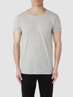 Identity SELECTED Homme - Regular fit - 88% Polyester, 12% Leinen - Rundausschnitt - Aufschlag an den Ärmeln - Melange-Farbeffekt - Glatte Qualität. Das Model ist 189 cm und trägt Größe L.  Bald wird sich das Wetter ändern und es wird wärmer und sonniger. Darum brauchst du tolle T-Shirts die zu diesem Wetter passen. Styling-Tipp: Dieser Rundhalsausschnitt ist cool und lässig, trag es daher so w...