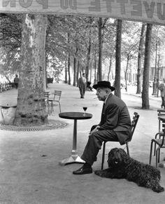 Jacques Prevert, Paris, 1955 - by Robert Doisneau cafe, man his dog. Robert Doisneau, Henri Cartier Bresson, Black White Photos, Black And White Photography, Old Photos, Vintage Photos, Iconic Photos, Shot Film, Famous Photographers