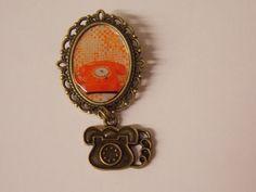 broche rétro vintage téléphone orange sur fond orange : Broche par emil-et-un-carton