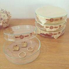 ガラスシャーレは指輪やピアスなど、アクセサリー入れやキートレイに。ボタンやビーズなど、クラフト用の小物入れにも便利。