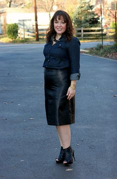 Denim and leather for the workplace Chic Black Outfits, Curvy Outfits, Sexy Outfits, Black Jacket Outfit, Plus Size Workwear, Pvc Skirt, Edgy Dress, Seventies Fashion, Mature Fashion