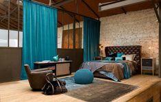 couleur-chambre-parental-rideaux-et-pouf-turquoise-tête-de-lit-fauteil-marron-plafond-et-sol-en-bois