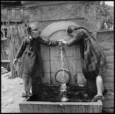 Greece, girls filling pitcher at fountain in Métsovon :: AGSL Digital Photo Archive - Europe Greece Pictures, Old Pictures, Old Photos, University Of Wisconsin, Library University, World Water, Greek History, Human Poses, Photo Archive
