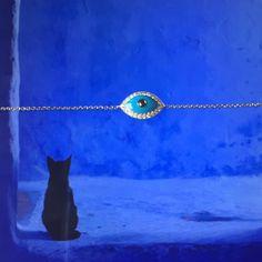 Pulseira de ouro branco com olho de Horus e brilhantes.
