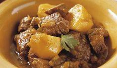 Cómo hacer Cordero al curry. Primero cortamos la carne de cordero a trozos y la doramos en una cazuela con un poco de aceite. Cuando la carne esté dorada