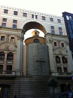 Real Oratorio de Caballero de Gracia El Oratorio de Caballero de Gracia se construyo originalmente en el año 1654 y durante las obras de la Gran Vía fue modificada su nueva fachada a esta calle.
