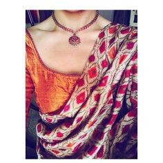 Looking for necklace to wear with sarees? Here are adorable necklace designs that you can wear from trendy to traditional sarees. Traditional Sarees, Traditional Outfits, Traditional Fashion, Indian Dresses, Indian Outfits, Saree Jewellery, Indian Look, Trendy Sarees, Elegant Saree