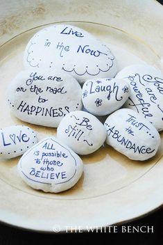 beschilderde stenen met een boodschap