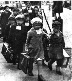 Children being sent to Sweden during the WW2.  Kuva   Museovirasto historiallinen kuva-arkisto.