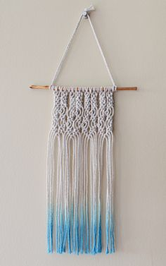 Crochet For Beginners Small macrame wall hanging - perfect for beginners! Yarn Crafts, Diy And Crafts, Arts And Crafts, Macrame Plant, Diy Upcycling, Deco Boheme, Macrame Projects, Macrame Tutorial, Macrame Knots