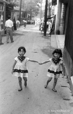 Photographer: Han, Young-Soo Majority of his photo is concerned about ordinary korean people after korean war. Quite sensitive&sort of sharp modernism in everywhere. Vintage Photographs, Vintage Photos, Korean Photo, Grey Pictures, Kids Line, Korean People, Korean War, Old Photos, Kids Boys