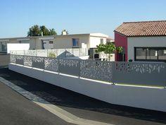 PANNEAUX ALUMINIUM DECORATIFS DECOUPES AU LASER ambellya gamme CONTEMPORAINE Modern Fence Design, Fence Screening, Boundary Walls, Front Fence, Iron Gates, House Plans, Construction, Backyard, Mansions