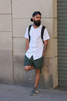 白ベースボールシャツ×緑ハーフパンツ×Nikeフライニットチャッカ
