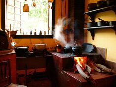 Beleza do fogão a lenha e panelas de ferro