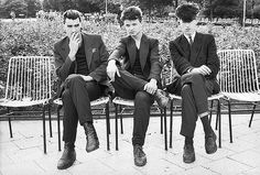 Gerd Danigels  Foto 'Drei junge Männer auf der Bank' aus dem Jahr 1984.