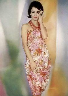Sondra Peterson in Gauguin-inspired print mousseline strapless evening dress by Pierre Cardin, photo by Pottier, 1959 50 Fashion, Retro Fashion, Fashion Models, Fashion Images, Fashion Vintage, Fashion History, Vintage Outfits, Vintage Dresses 50s, Vintage Clothing