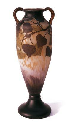 Daum Frères - Vase, um 1905.  Farbloses Glas, mehrtonig dunkelviolett, ocker, olivgrün und braun überfangen. Umlaufend geätztes Pappel-Dekor mit Binnenzeichnungen. Amphorenform. Höhe 44 cm. Auf der Wandung bez. Daum Nancy mit lothringischem Kreuz (geätzt).