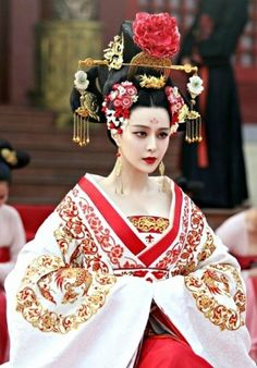 The Empress of China (simplified Chinese: 武媚娘传奇) is a 2014 Chinese television drama based on events in and Tang dynasty, starring producer Fan Bingbing as the titular character Wu Zetian—the only female emperor in Chinese history. Traditional Fashion, Traditional Dresses, Traditional Chinese, Oriental Fashion, Asian Fashion, Clothes Draw, Wu Zetian, The Empress Of China, Chinese Clothing
