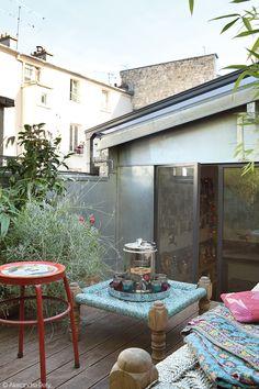 Avec ces meubles chinés en voyage, ce balcon nous rend nostalgique !  #dccv #ducotedechezvous #deco #archi #terrasse #dehors #outside #garden #outdoor