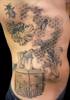 Noir et gris ruche et les abeilles sur les fleurs de tatouage sur les côtes