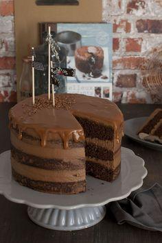 Si no conocéis la revista Cakes & Sugarcraft de Squires Kitchen, hoy os voy a dar un buen motivo para hacerlo: uno de los mejores bizcochos de chocolate que he probado nunca, siempre que os gusten muy suaves, con sabor intenso a chocolate y muy húmedo, para mi el bizcocho perfecto para hacer una buena …