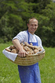 Das ist Bauer Robert Gurndin vom Unichhof in Aldein. Er hat am Hof die alte Mühle wieder in Betrieb genommen, wo er nun das eigene Getreide mahlt und daraus köstliches Brot backt. Roter Hahn - Südtirol
