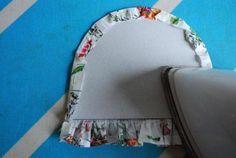 Jullie weten toch hoe je zo een zakje zo mooi rond krijgt? Maak het patroon van je zakje in een stuk karton. Knip het uit de stof met 0.5cm naad. Werk alvast de bovenrand af (hier dus met rimpe…