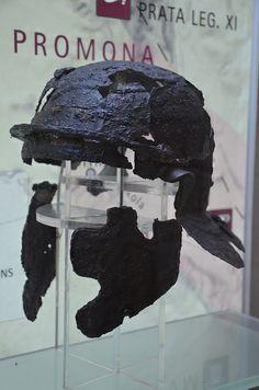 Roman Helmet- Museum Of Burnum - Croatia.- ANNEE 55 av JC: Germains et Bretons, 2) Traversée du RHIN, 2: De plus, le gros de la cavalerie des USIPETES et des TENCTERES, qui ravageaient des terres lors du massacre de leurs peuples, s'est jointe aux SUGAMBES au delà du Rhin. CESAR demande à ce peuple de lui livrer ces cavaliers, mais ces derniers refusent arguant du fait que la domination romaine s'arrête au Rhin.