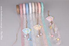Κρεμαστές μπομπονιέρες «τσίου-τσίου» με διακοσμητικά πουλάκια από γύψο (σιέλ, ροζ, καφετί), υφασμάτινο Crochet και κορδόνι γιούτα ψιλό. Christening, Dream Catcher, Baby, Decor, Dreamcatchers, Decoration, Baby Humor, Decorating, Infant
