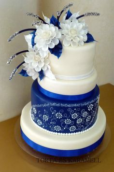 blue & white wedding cake design I like the top part of this cake. Without the things sticking out of the flowers and different colors Beautiful Wedding Cakes, Gorgeous Cakes, Pretty Cakes, Cute Cakes, Amazing Cakes, Unique Cakes, Elegant Cakes, Divorce Cake, Cake Original
