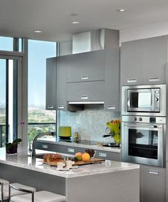 43 Extremely creative small kitchen design ideas This stunning urban kitchen in Toronto, Ontario, is a cool Ikea design that transforms a kitchen into aesthetically pleasing yet functional design. Modern Kitchen Design, Interior Design Kitchen, Modern Condo, Condo Interior, New Kitchen, Kitchen Decor, Kitchen Ideas, Kitchen Grey, Kitchen Small