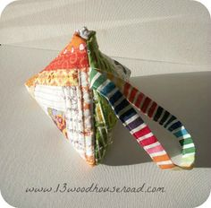samosa pouch tutorial.   fabric, batting, bias tape and zipper.  by 13 woodhouse road at sew, mama, sew.