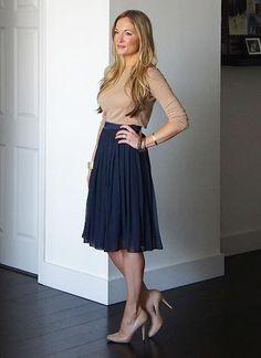 ネイビースカート+ベージュセーター・パンプスのコーデ(レディース)海外スナップ | MILANDA
