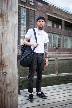 2017-06-19のファッションスナップ。着用アイテム・キーワードはスニーカー, ニットキャップ, バッグ, パンツ, 白Tシャツ, Tシャツ,etc. 理想の着こなし・コーディネートがきっとここに。| No:216403