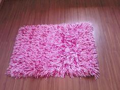Fique a saber como pode elaborar um tapete de lã em tela de Esmirna. Saiba quais os materiais e instrumentos que precisa e como dar o nó de Esmirna.