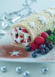 Prepara esta riquísima receta de pan y arma un rico y delicioso tronco navideño con frutos rojos. Recetas de navidad. Postres. Revista Cocina Vital.