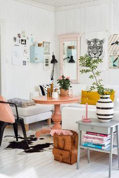 Quem busca um ambiente marcante, aposte na combinação de cores suaves e vibrantes. Um tapete animal print irá valorizar a sala de estar.
