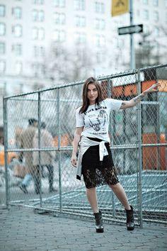 Look Bruna Unzueta:  tendência da transparência e o comprimento midi, além de um mix de estampas e t-shirt, que deu um toque bem street e hi-lo com a saia em renda.