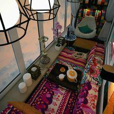 Ближайший Восток: превратить лоджию в уютную чайхану поможет хорошее воображение и диван правильной конструкции.