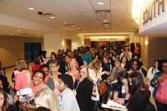 Crowds interacting at the Winter 2015 Memphis Pink Bridal Show | The Pink Bride www.thepinkbride.com