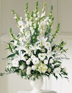ARREGLO DESCANZA (Código C004) Consta de gladiolos, lilium como flor principal, liciantum y clavel todo en tonos blanco con verde y base de greda. Valor: $45.990