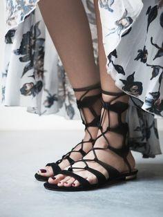 #TuesdayShoesday: Shop Our Favorite Flat Black Sandals via @WhoWhatWear