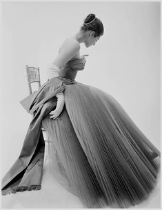 Hardy Amies gown, photo Norman Parkinson 1953