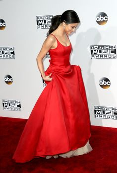 Selena walks the red carpet in a Prada gown at the AMAs 2016.