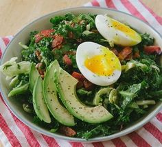 20 Delicious Ways to Try the Whole 30 Diet - including this BLT Breakfast Salad loaded with good stuff like bacon, leafy greens, tomatoes, avocado slices, and soft-boiled eggs! Breakfast Salad, Whole 30 Breakfast, Paleo Breakfast, Breakfast Recipes, Breakfast Ideas, Detox Breakfast, Whole 30 Diet, Paleo Whole 30, Whole 30 Recipes