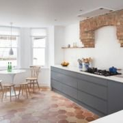 Cucina con pavimento in cotto