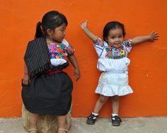 Niñitas con trajes típicos