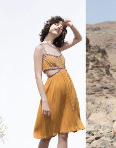 Pull&Bear - mujer - vestidos - vestido bordado aberturas - mostaza - 05390396-V2016