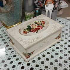 No description of the photo available. Cigar Box Crafts, Box Roses, Decoupage Box, Bottle Painting, Diy And Crafts, Decorative Boxes, Diy Projects, Crafty, Gifts